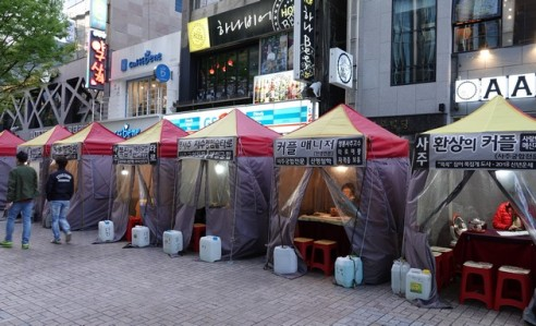Busan - Marché de nuit sur BIFF Square - Voyantes installées dans de petits cabinets en plein air