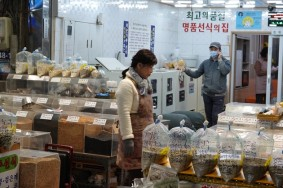 Busan - Marché Gukje - Production de farines à partir de graines (haricots...)