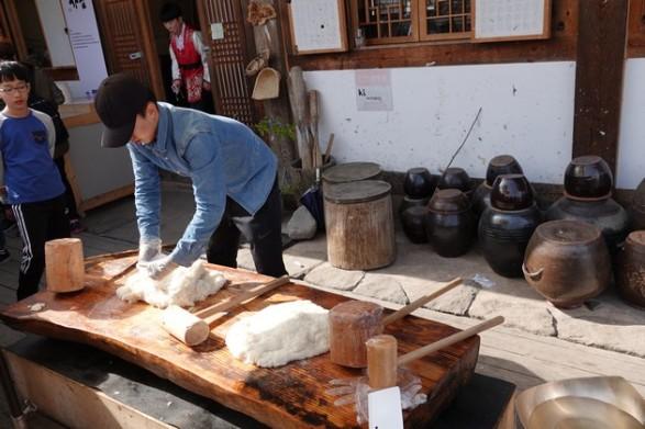 Gyeongju - Gyochon Hanok village - Préparation de la pâte de riz qui devient élastique et translucide à force de pétrissage. On peut ensuite l'aromatiser, la colorer et l'utiliser dans toutes sortes de pâtisseries...