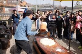 Gyeongju - Gyochon Hanok village - Préparation de la pâte de riz
