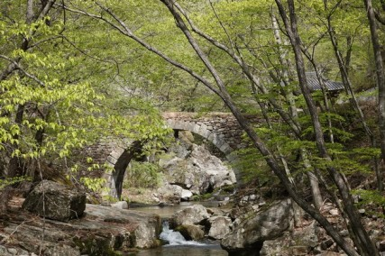 Sur le chemin qui mène au temple Seonamsa - Pont en granit