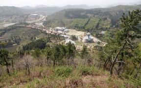 Boseong - Plantation de thé Daehan Dawon - Vue sur le musée, en contrebas, et au loin, la mer perdue dans la brume !