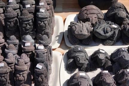 """Seongsan Ilchulbong Peak - Boutique de souvenir au pied du site, figurines """"traditionnelles"""" en pierre de lave"""