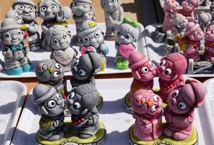 """Seongsan Ilchulbong Peak - Boutique de souvenir au pied du site, figurines """"traditionnelles"""" en plastique !"""