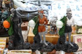 Jeju Town - Dungmun Market - Petites statues de plongeuses dans un stand de souvenirs