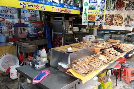 Busan - Marché aux poissons de Jagalchi - Stands extérieurs - Street food de poissons