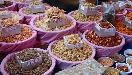 Busan - Marché aux poissons de Jagalchi - Stands extérieurs - Divers produits séchés (on n'a pas tout identifié !)