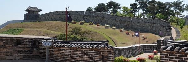 Sur les remparts de la forteresse deSuwon
