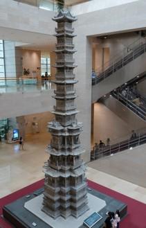 Séoul - Musée national de Corée - Immense pagode en marbre située dans le hall du musée