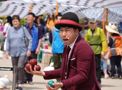 Séoul - Namsangol Hanok village - Spectacle de jonglage