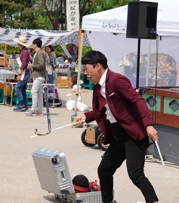 """Séoul - Namsangol Hanok village - Spectacle de jonglage - Beau numéro de canne """"volante"""" !"""
