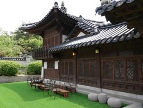 Séoul - Namsangol Hanok village - Agréable café où se déroulent bon nombre de spectacles...