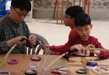 """Séoul - Namsangol Hanok village - Atelier """"fabrication d'arcs"""" pour enfants"""