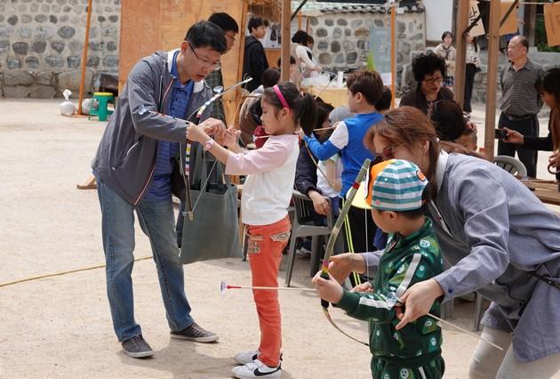 """Séoul - Namsangol Hanok village - Atelier """"tir à l'arc"""" pour enfants"""