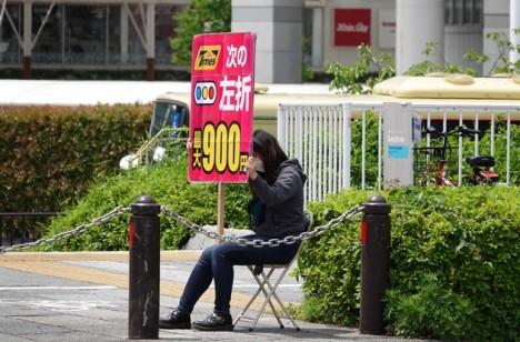 Yokohama - Minato Murai 21 - Jeune femme tenant un panneau publicitaire...