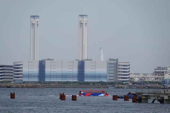 Yokohama - Minato Murai 21 - Skye Duck, un bus amphibie devant une usine électrique située sur la rive opposée...