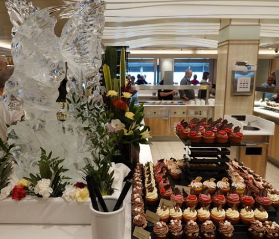 Queen Mary 2 - Restaurant Buffet Kings Court - Chocolats, gâteaux et glace sculptée !