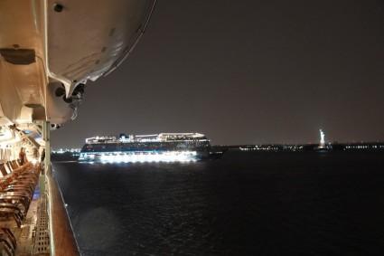 Queen Mary 2 - Arrivée vers New York, on est suivis par un paquebot norvégien !