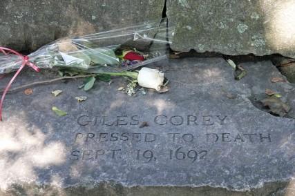 Salem - Tombe de Giles Corey, le paysan qui refusa de se défendre en justice et fut condamné à l'écrasement jusqu'à ce que mort s'en suive...