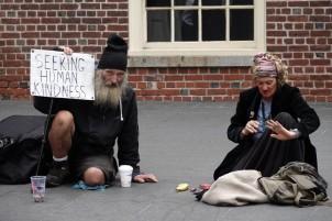 Boston - Freedom Trail - Devant laOld State House - Malheureusement, on a vu de nombreuses personnes âgées mendier...