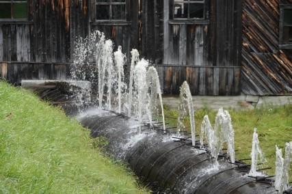 Moulin des Pionniers - Conduite d'eau en lattes de bois, arrosée en permanence