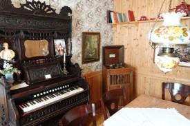 Moulin des Pionniers - Intérieur de la maison avec vieil harmonium