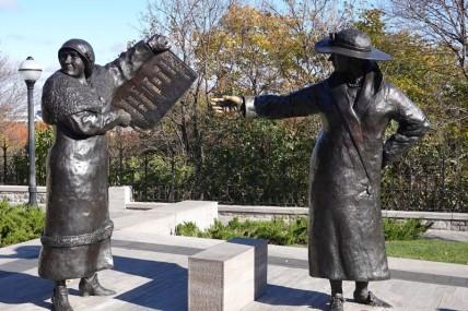 """Ottawa - Colline du Parlement - Statue de femmes luttant pour la reconnaissance du statut de """"personne"""" (1927)"""