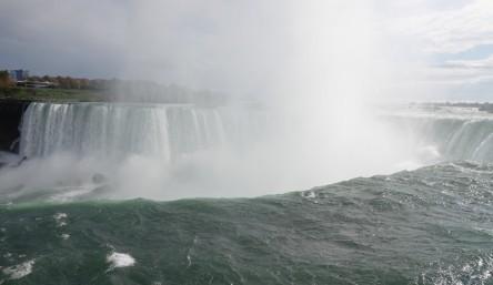 Niagara Falls - En amont des chutes ; en face, les USA