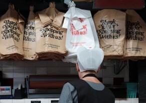 Philadelphie - Reading Terminal Market - Stand de charcuterie et de fromages tenu par une Amish
