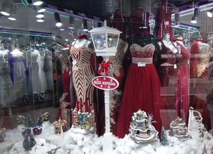Mexico - Un des innombrables magasins de robes longues ! Et la chaine la plus connue s'appelle Liz Minelli...