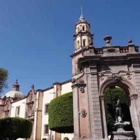 Querétaro - Templo de Santa Clara (derrière l'arche)