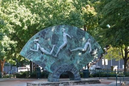 Atlanta - Centennial Olympic Park - Sculpture symbolisant les jeux : l'athlète nu de l'antique Olympie, l'athlète du centre des premiers jeux olympiques modernes en 1896 et l'athlète féminine de 1996