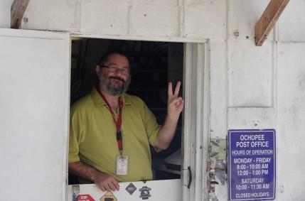 Route 41 - Le plus petit bureau de poste des USA - Postier souriant !