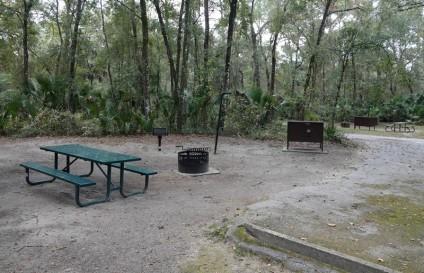 Alexander Springs - Emplacement de camping, avec boite sécurisée, table et brasero