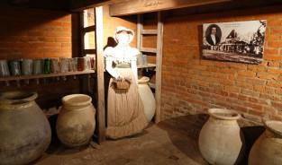 Plantation Laura - Sous-sol de la maison avec la fille des fondateurs qui, par son mariage, créa des échanges avec un domaine viticole de Bordeaux