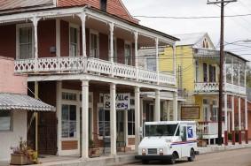 Saint-Martinville - Petit véhicule de la Poste au premier plan