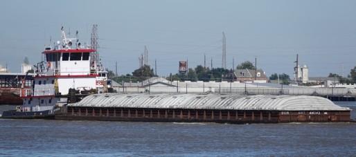 New Orleans - Au bord du Mississippi - Il y a un gros traffic de barges sur le fleuve