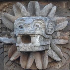 Site archéologique de Teotihuacan - Temple du Serpent à Plumes - Tête de serpent entourée de symboles