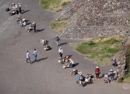 Site archéologique de Teotihuacan - Vendeurs en bas de la Pyramide du Soleil