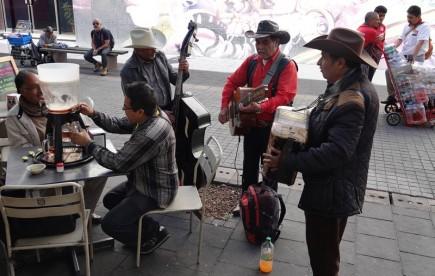 Mexico - Calle Regina - Ambiance bien animée devant notre resto !