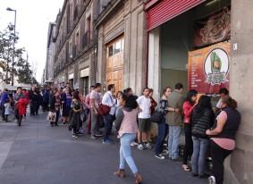 Mexico - Longue queue devant le vendeur de tartine de ceviche