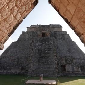 Uxmal - Quadrilatère des Oiseaux - Vue sur la Pyramide du Devin