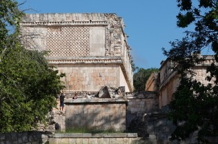 Uxmal - Vers le Palais du Gouverneur