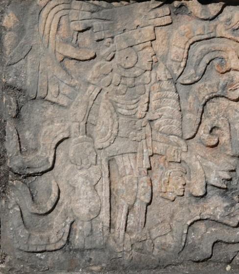Chichen Itza - Site archéologique - Il faut remarquer la tête décapitée que le guerrier tient à la main...