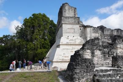 Tikal - Gran Plaza - Travaux de restauration et d'entretien