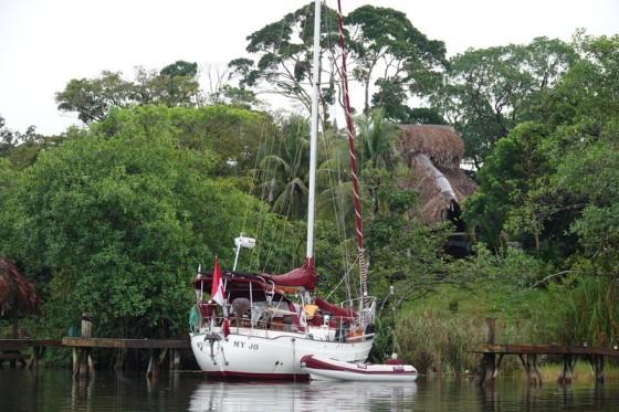 Rio Dulce - A bord de la lancha municipale, en direction de Barra Lampara - De nombreux bateaux mouillent dans ce fleuve bien abrité