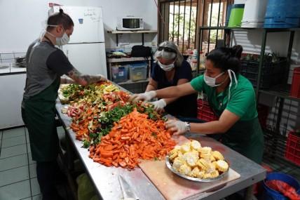 Copan - Macaw Mountain Bird Park - Préparation du repas des oiseaux !