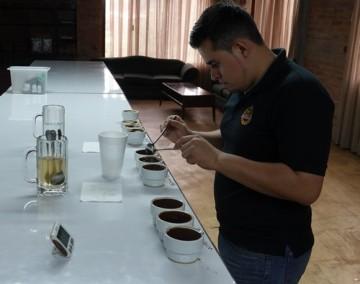 """Plantation Welchez – Coffee Tour - Atelier """"dégustation"""" - Javier retire la mousse qui se forme à la surface"""