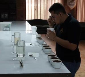 """Plantation Welchez – Coffee Tour - Atelier """"dégustation"""" - Javier goûte chaque breuvage..."""