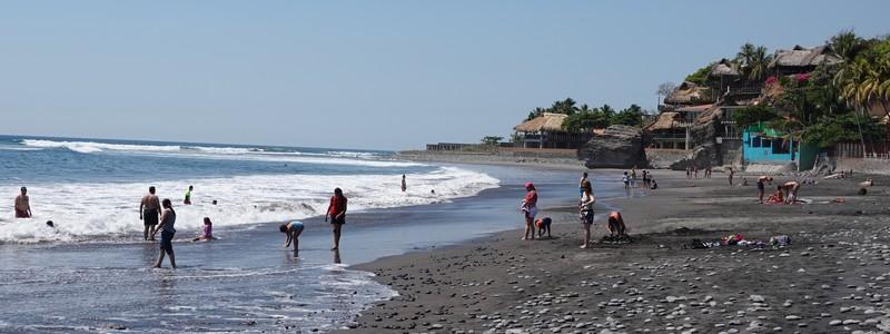 Un dimanche à la plage, sur le sable noir d'ElTunco